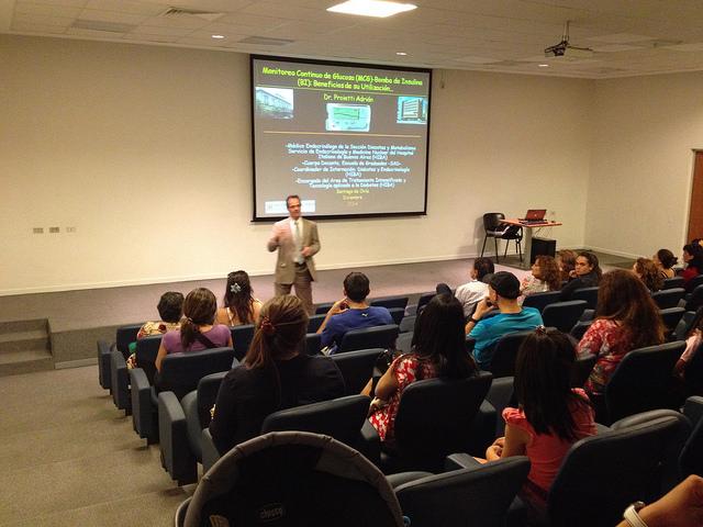 En la conferencia del Dr. Adrián Proietti.